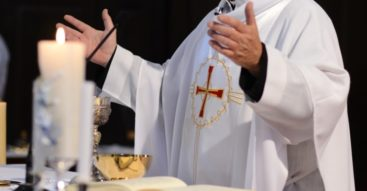 Czy wpływ Kościoła na politykę jest zbyt duży? Ukłon Trumpa w stronę religijnych instytucji
