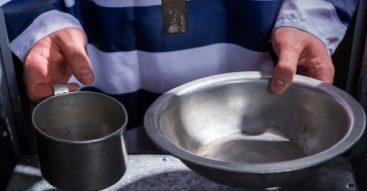 Menu w więzieniu – co jedzą polscy więźniowie? [INFOGRAFIKA]